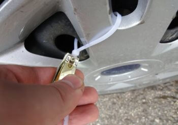 Крепление декоративных колпаков на колеса с помощью нейлоновых кабельных стяжек